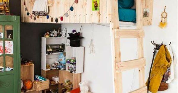 holzbett auf zwei etagen im imteressanten kinderzimmer viele dekoartikel david s neues bett. Black Bedroom Furniture Sets. Home Design Ideas