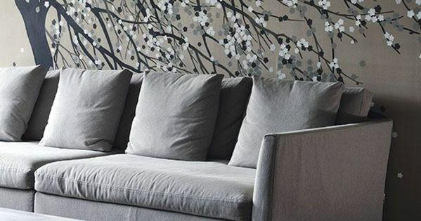 Graues interieur bequemes sofa tapeten baum zeichnung for Wohnzimmer riem