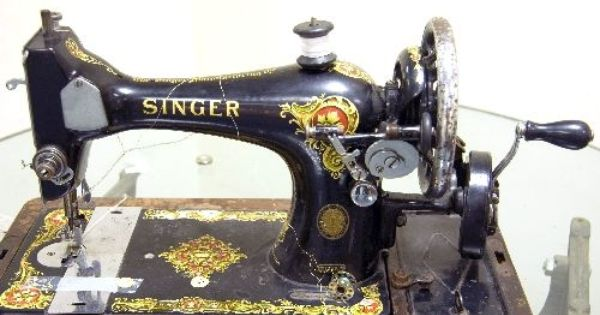 This Is The Kind Of Sewing Machine I First Used Completely Manual Left Hand Holds Fabric Right Hand Spins To Make It Go Maquina De Coser
