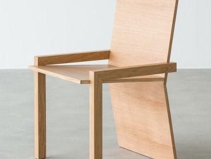 Der stuhl drei p o besteht aus 2 massiven eichenbeinen for Design stuhl leisure