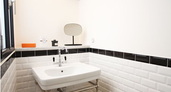 Salle d 39 eau r tro carrelage m tro et tablette en marbre for Carrelage retro