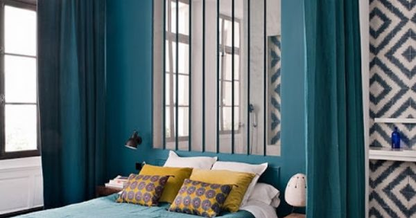chambre majestueuse avec ses immenses rideaux bleu canard. Black Bedroom Furniture Sets. Home Design Ideas