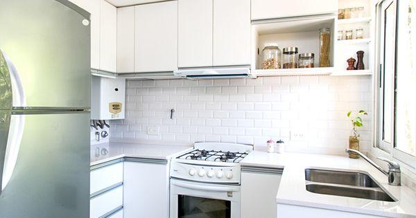 Cocina con muebles de melamina blanca con manijas de for Revestimiento ceramico cocina
