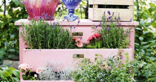 alte kommode rosa garten schubladen t pfe rosa deko f r. Black Bedroom Furniture Sets. Home Design Ideas