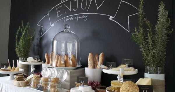 buffet de fromage pour un anniversaire de mariage avec une d coration style brasserie chic. Black Bedroom Furniture Sets. Home Design Ideas