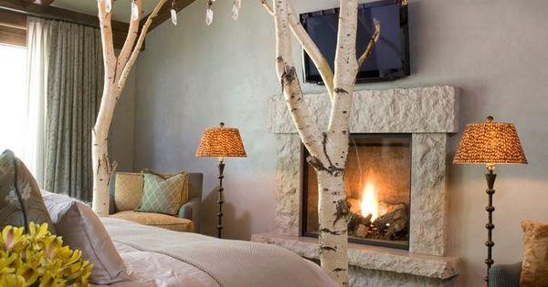 gem tliches schlafzimmer im landhausstil mit feuer im kamin und birken baumstamm stehlampe. Black Bedroom Furniture Sets. Home Design Ideas