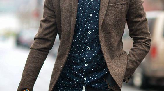 Tenue chic avec une chemise motif et un blazer marron look tenue men mode fashion - Tenue avec bottines marron ...