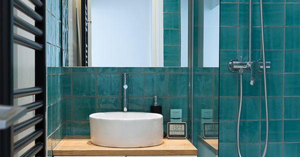 Carrelage turquoise pour cette salle de bains familiale for Carrelage salle de bain turquoise