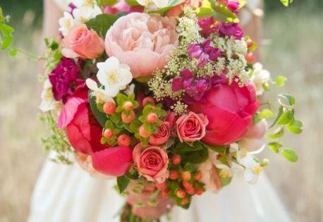 Ce bouquet de roses et de petites fleurs sauvages sera idéal pour