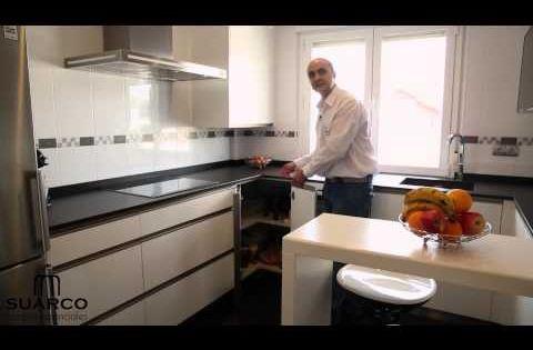 Video de cocinas integrales modernas blanca y negra con tirador ...