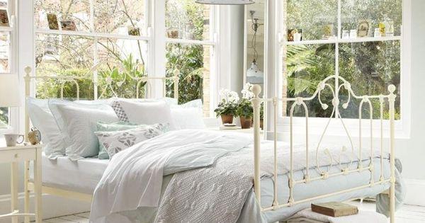 chambre boh me atmosph re romantique en blanc literie. Black Bedroom Furniture Sets. Home Design Ideas