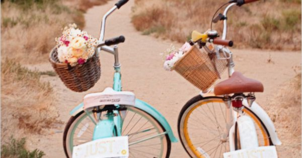 Bright, old-fashioned beach cruisers are such a sweet post-wedding ride