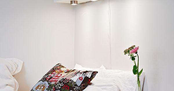 Estante con luz sobre cabecero de la cama decorando - Luz para leer en la cama ...