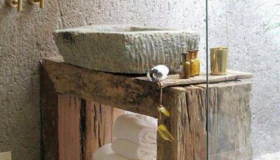 Mueble de ba o de madera antigua y piedra labrada for Banos de madera y piedra