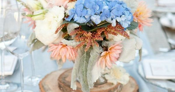 Festliche tischdeko blumen holz rustikal weiblich kerzen for Gartendeko rustikal