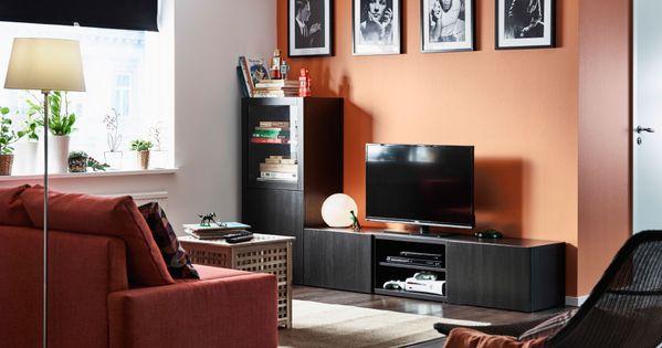 Sala de estar con un mueble de tv negro marr n con cajones for Mueble tv esquina