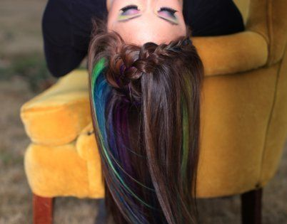 hair chalking with oil pastels on dark hair. so simple. hairstylistblogge...