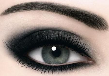 I love dark eye makeup. Smokey Eye