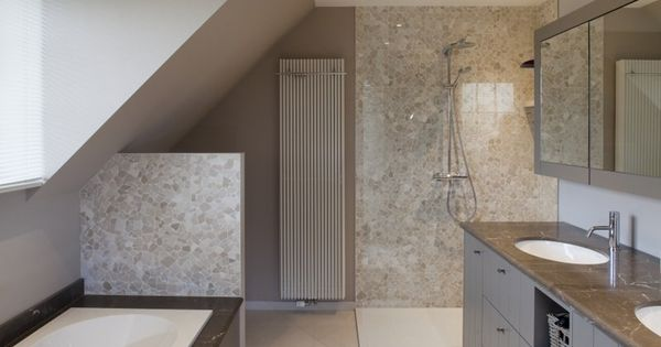 Contemporary country bathroom in soft shades of grrey and for Bieke vanhoutte interieur