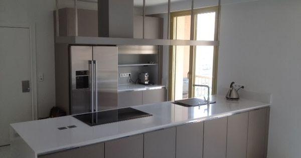 cuisine moderne taupe sans poign es avec plan de travail fin blanc brillant et frigo am ricain. Black Bedroom Furniture Sets. Home Design Ideas