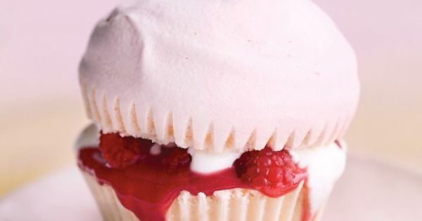 Pink Meringue Cupcakes with Raspberry Curd // Raspberry cupcake pink