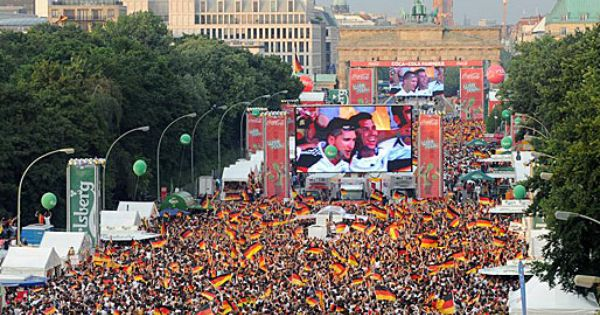 The Fan Mile On Strasse Des 17 Juni Be Prepared World Cup Fever Is Set To Hit Berlin Again In June 2014 World Cup 2014 Germany Fifa World Cup