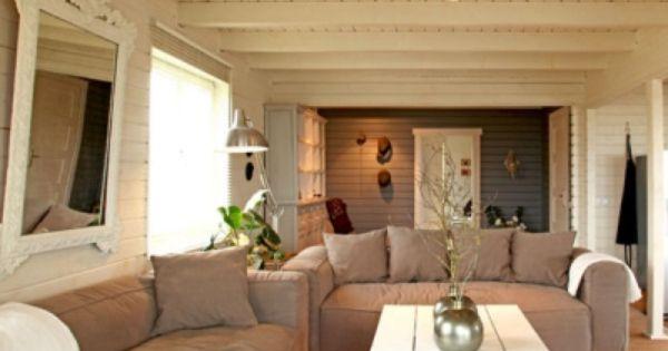 Un Salon Plein De Douceur 3 Les Lambris Et Poutres Du Plafond Peints En Blanc Interieurs Cottage Deco Maison Maison