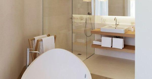 Badkamer met vrijstaand design ligbad vrijstaand bad pinterest badkamer vrijstaand bad en - Badkamer lay outs met douche ...