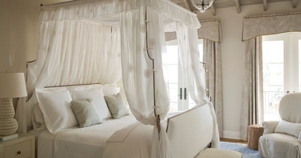 four poster bed and lovely ceiling