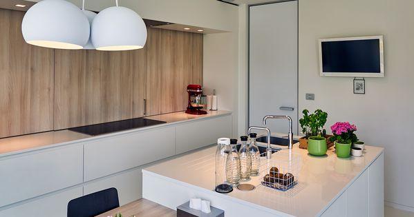 Moderne witte keuken waar de combinatie met hout een warme toets meegeeft keuken inspiratie - Deco witte keuken ...