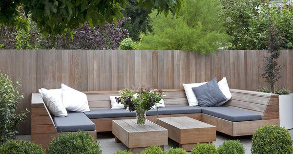 Lounge bank hardhout met waterafstotende kussens en bijpassende tafels in de - Deco moderne tuin ...