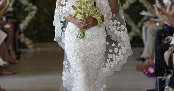 Pretty! Oscar de laRenta's New Wedding Dress Collection: Chantilly Leaf Lace Gown