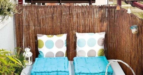 kleiner balkon paletten sofa sichtschutz bambusmatten wohnungsideen pinterest dekoration. Black Bedroom Furniture Sets. Home Design Ideas