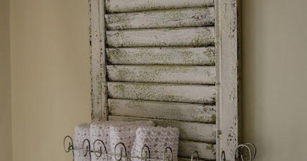 que faire avec un vieux volet en bois un porte serviette qui a trop la classe panneaux bois. Black Bedroom Furniture Sets. Home Design Ideas