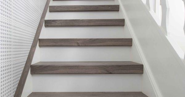 Traprenovatie of trap bekleden met houten treden en witte stootborden mooie combi houten - Redo houten trap ...