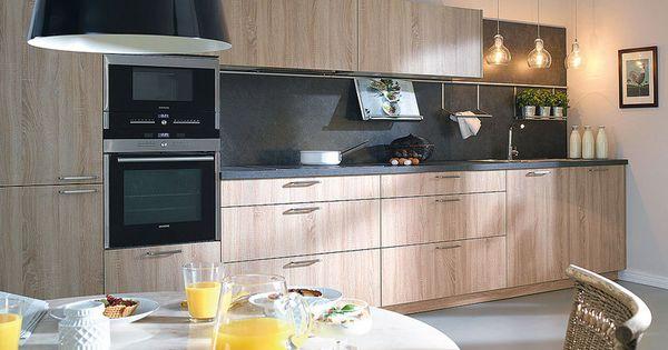 Una cocina con distribuci n lineal y acabado natural for Acabados cocinas modernas