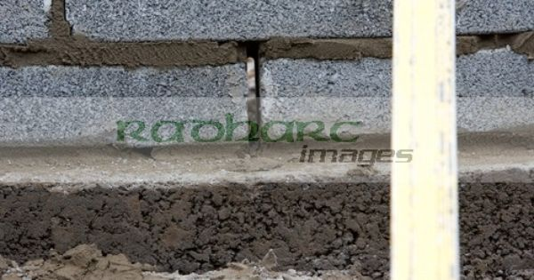Drainage Gap In Bricklaying Wall With Half Cement Breeze Blocks Building A Block Retaining Wall On Concrete Foun Retaining Wall Breeze Block Wall Breeze Blocks