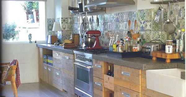 Oude wandtegels op een eigentijdse manier gebruikt oude bouwmaterialen bij jan van ijken eemnes - Eigentijdse keuken grijs ...