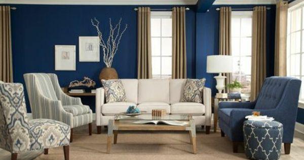 Weiße lampe blaue und weiße gestaltung im modernen wohnzimmer