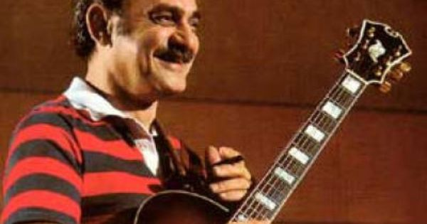 Joe Pass With His D Aquisto Which Was Used As The Model For His Ibanez Cheap Signature Guitar Jazz Guitar Lessons Guitar Jazz Guitar