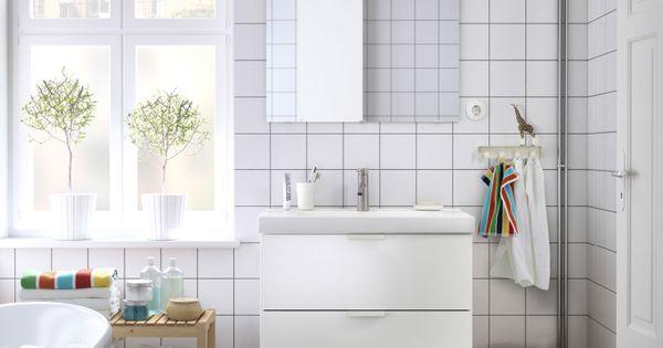 Ba o con lavabo blanco un espejo y unos bancos de abedul - Grifos bano ikea ...
