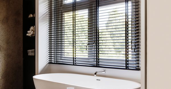 Klassiek moderne badkamer met houten jaloezie n van zonnelux foto denise keus stijlvol - Houten lambrisering plafond badkamer ...