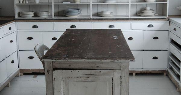 Prachtige oude houten apothekerskasten en toonbanken vormen een unieke keuken kijk voor - Oude keuken decoratie ...