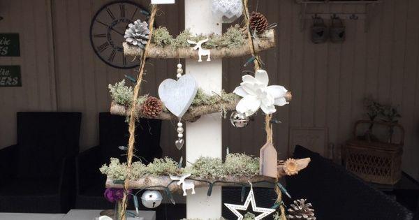 Kerstboom van berkentakken mos en touw versierd met allerlei kerstdecoratie en natuurlijk - Deco rustieke modern ...