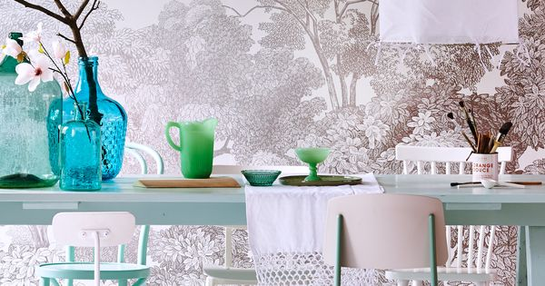 Pastel dining room with botanic flower wallpaper vtwonen light ribbon and colorful accessoires - Decoratie wallpaper eetkamer ...