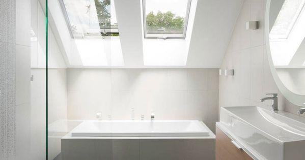 Minimalistisches badezimmer mit dachschr ge grauen for Bodenfliesen badezimmer