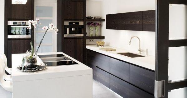 Moderne bruin witte keuken deze moderne keuken bewijst dat je geen enorme ruimte nodig hebt om - Ruimte model kamer houten ...