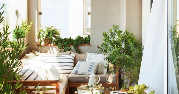 Terraza peque a cubierta con sof rinconero mesa de for Mesas para terrazas pequenas