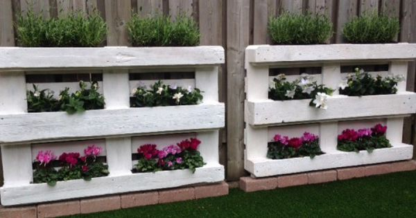 saaie schutting opgevrolijkt met frisse pallets en planten verticale tuin pinterest. Black Bedroom Furniture Sets. Home Design Ideas