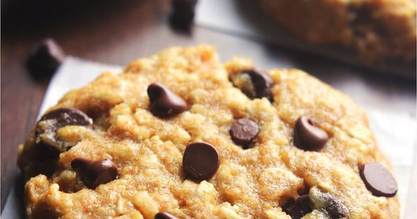 Clean-Eating Chocolate Chip Peanut Butter Oatmeal Cookies -- these skinny cookies don't